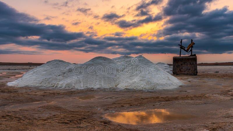 Extracción de sal en el lago durante puesta del sol imagen de archivo
