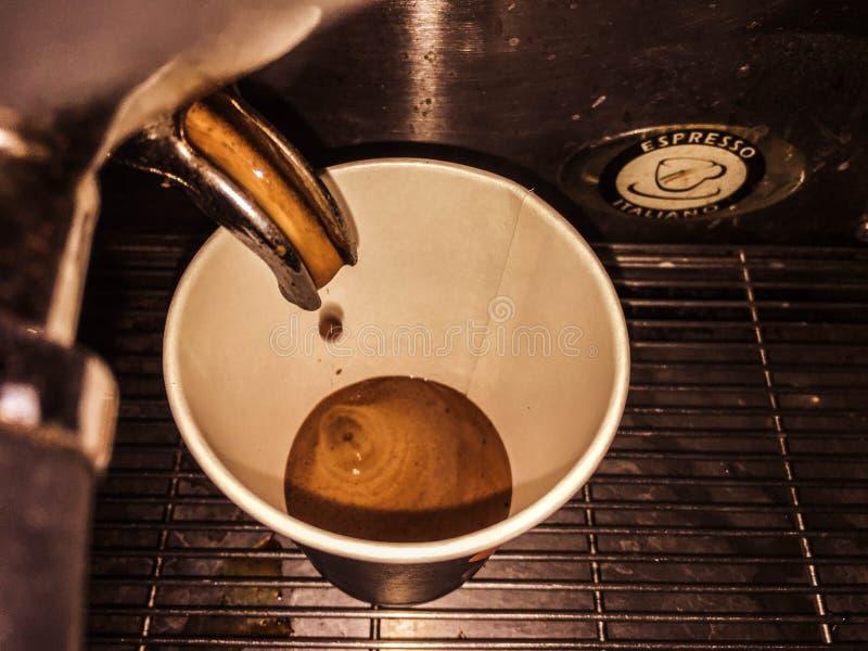 Extracción del chocolate del café en una taza de papel fotografía de archivo