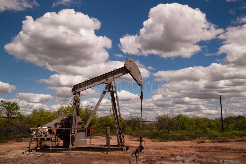 Extracción del recurso natural del equipo de Fracking de la bomba de aceite de Pumpjack fotografía de archivo libre de regalías