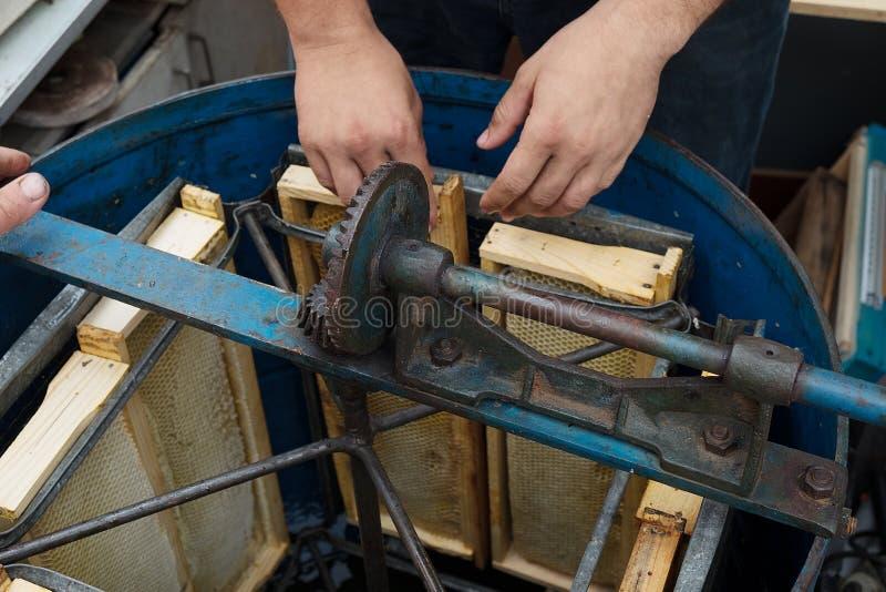 Extracteur de miel avec le cadre de nid d'abeilles de cire photographie stock libre de droits