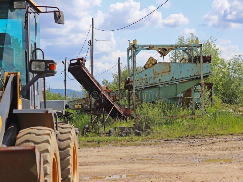 Extractie, was, het sorteren en afleiding van riviergrint Tractor en technologie van het verkrijgen van een steen Een mening van  stock afbeelding