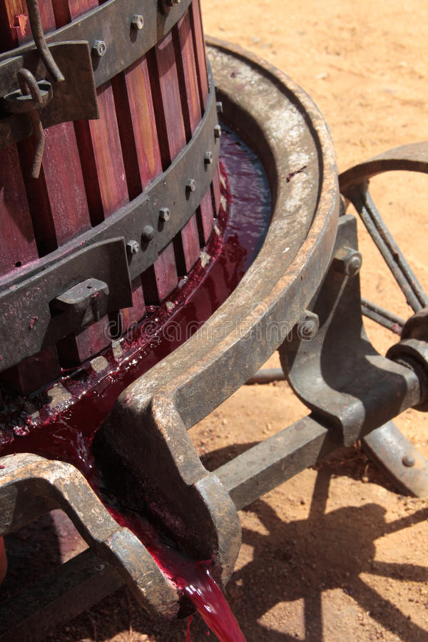 extraction de jus de raisins de rouge de pressoir photo stock image du proc d viticulture. Black Bedroom Furniture Sets. Home Design Ideas