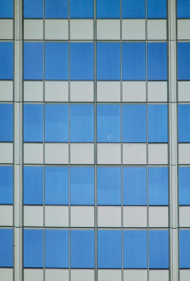 Extracto arquitectónico con la reflexión del cielo foto de archivo