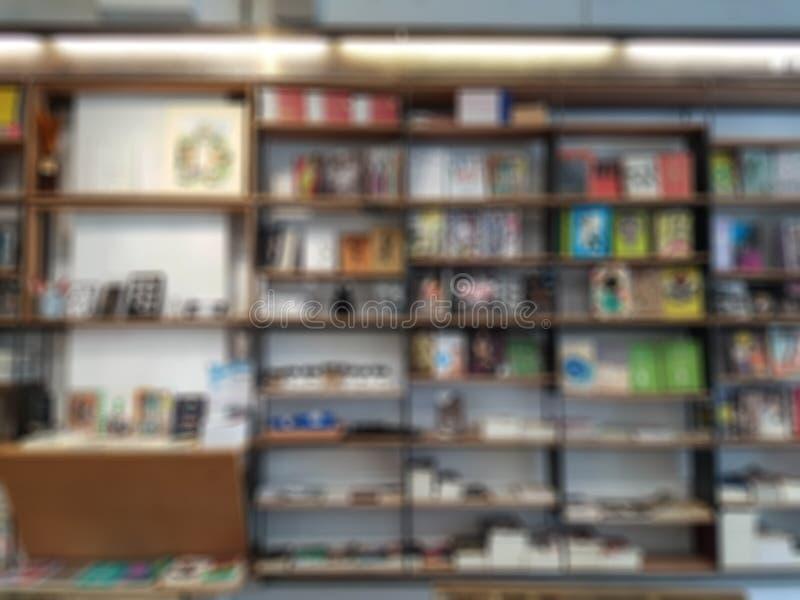 Extracto borroso de libros en el estante en la biblioteca, falta de definición abstracta fotografía de archivo
