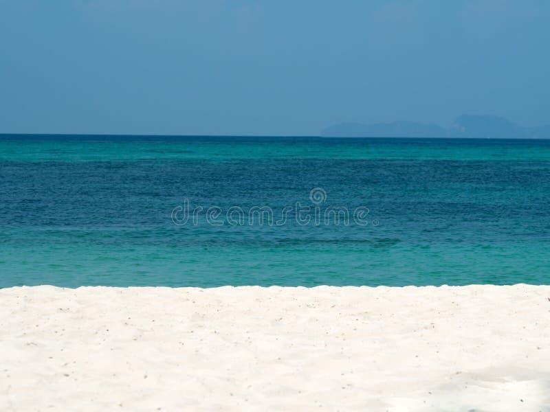 Extracto borroso en fondo de la playa del océano del verano de las vacaciones Cielo azul claro, mar tropical hermoso, agua azul y fotografía de archivo