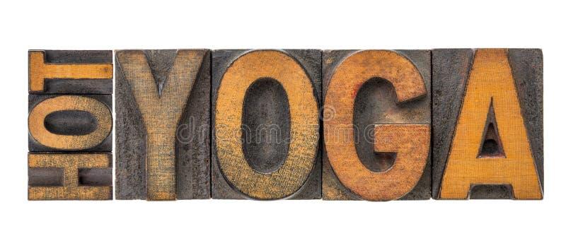 Extracto caliente de la palabra de la yoga en el tipo de madera fotos de archivo