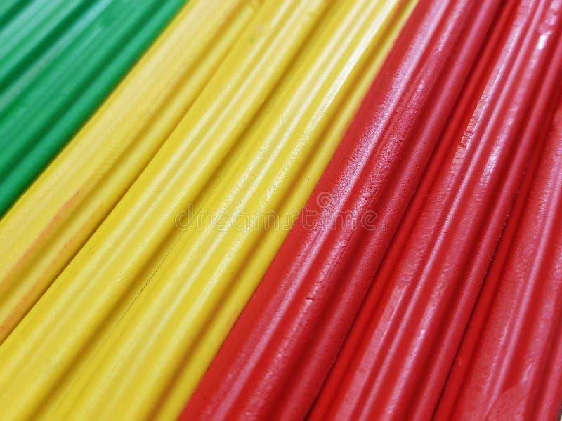 extracto con las barras del plasticine en color verde, amarillo y rojo, fondo y textura imagenes de archivo