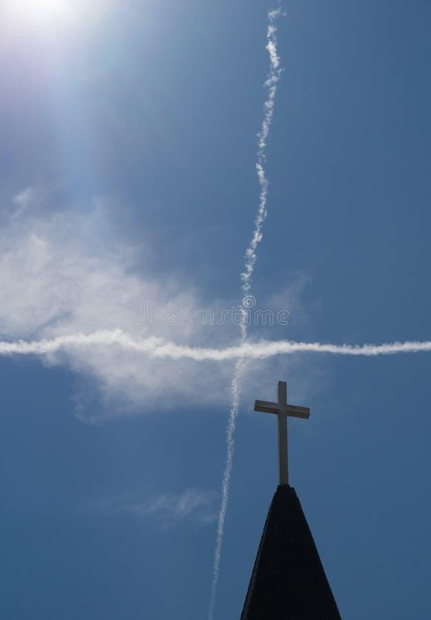 Extracto cruzado de la aguja y del cielo imagen de archivo