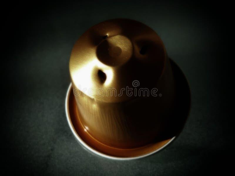 Extracto de la cápsula del café con el fondo oscuro imagen de archivo libre de regalías