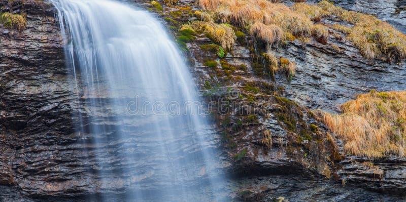 Extracto de la cascada imagenes de archivo