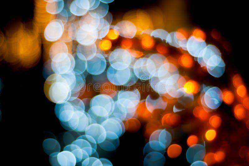 Extracto de la ciudad de la noche de la luz de la Navidad de Bokeh en fondo negro imagen de archivo