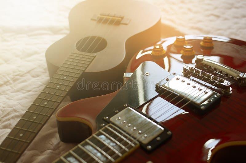 Extracto de la macro del ukelele y de la guitarra eléctrica fotos de archivo libres de regalías