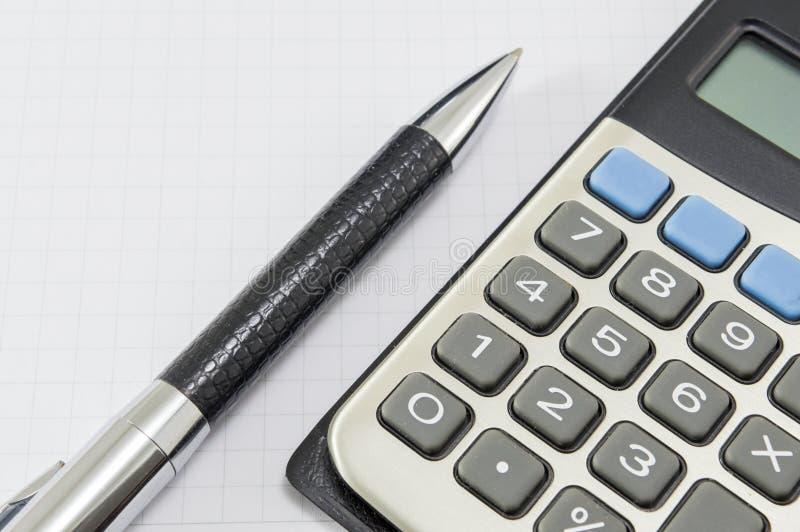 Extracto de la oficina Dibuje a lápiz y una calculadora en el backgro del cuaderno fotografía de archivo libre de regalías