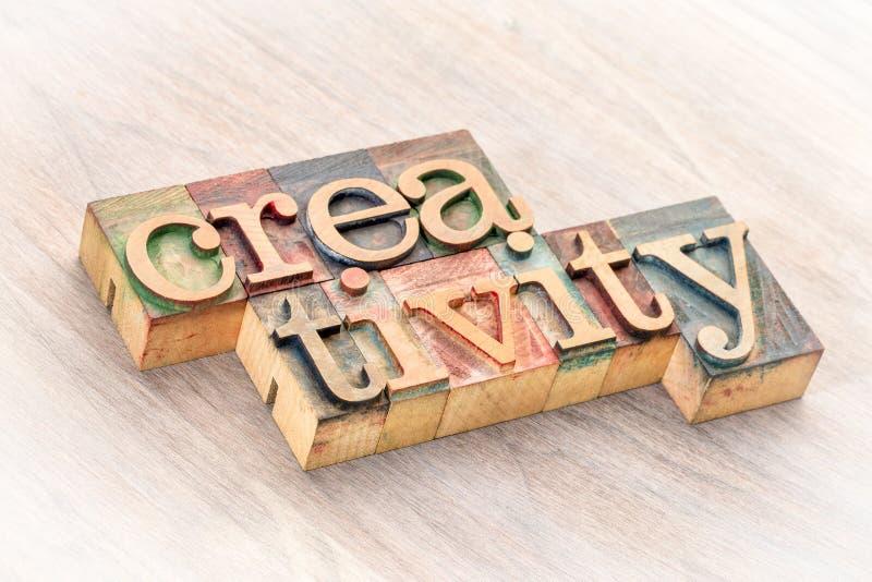 Extracto de la palabra de la creatividad en el tipo de madera fotografía de archivo