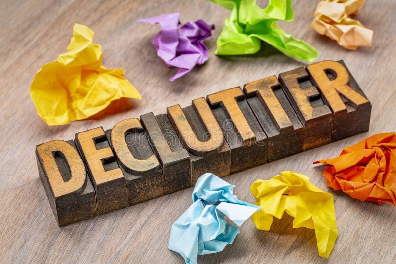 Extracto de la palabra de Declutter en el tipo de madera foto de archivo