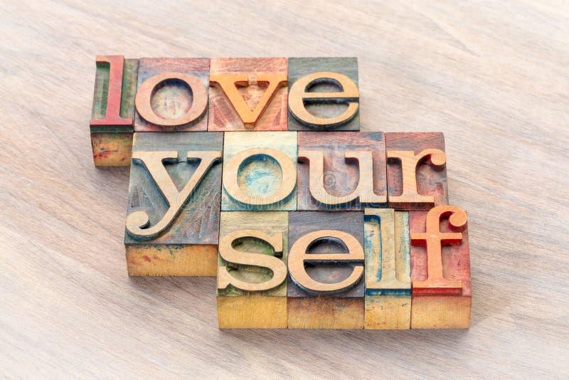 Extracto de la palabra del amor usted mismo en el tipo de madera fotos de archivo libres de regalías