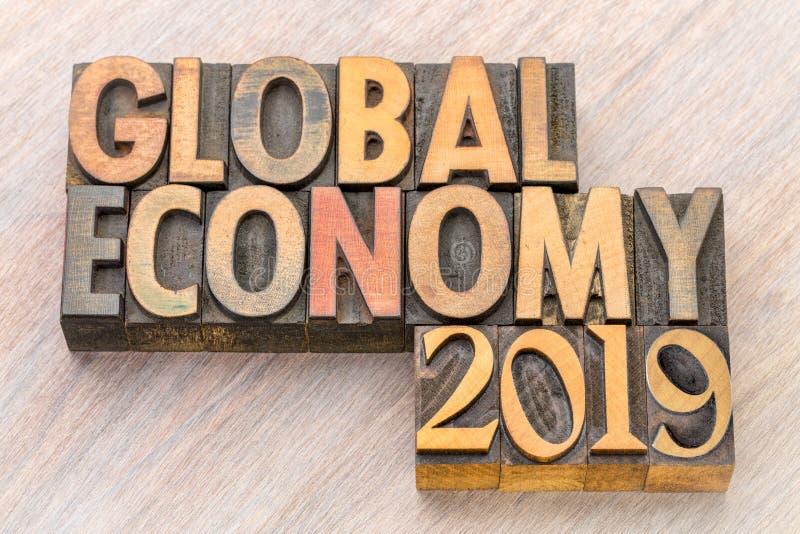 Extracto de la palabra de la economía global 2019 en el tipo de madera fotografía de archivo