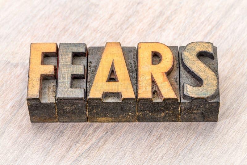 Extracto de la palabra de los miedos en el tipo de madera fotos de archivo