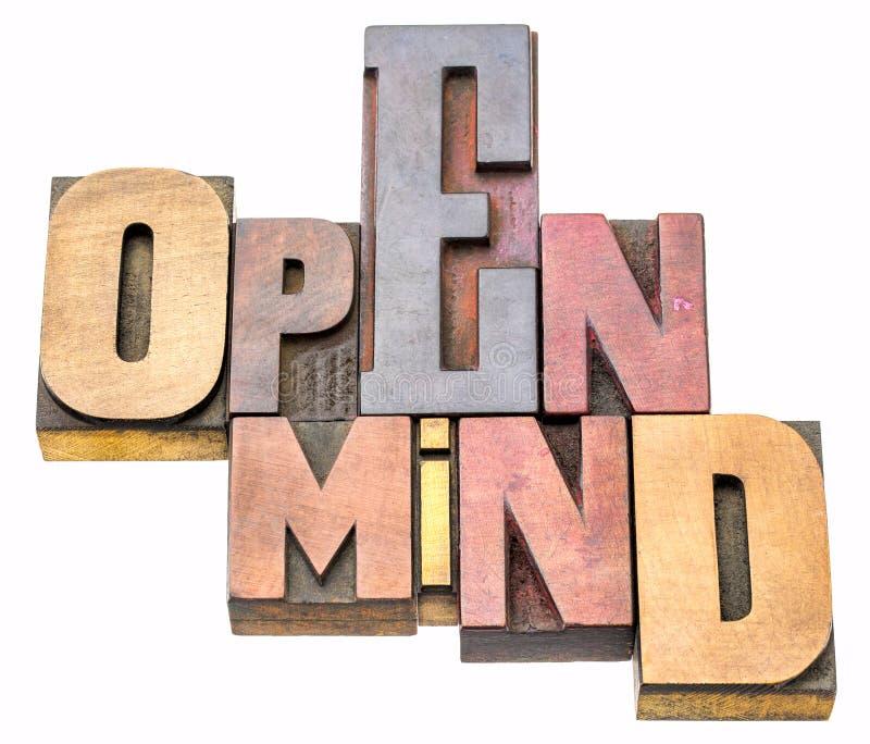 Extracto de la palabra de la mente abierta en el tipo de madera imagen de archivo