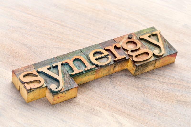 Extracto de la palabra de la sinergia en el tipo de madera fotos de archivo