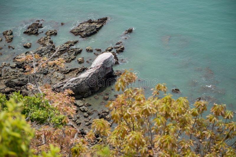 Extracto de la piedra en la playa foto de archivo