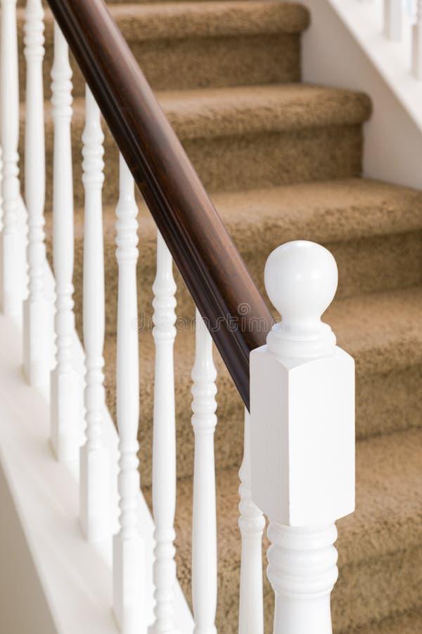 Extracto de la verja de la escalera y pasos alfombrados en casa fotografía de archivo libre de regalías
