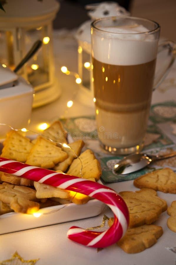 Extracto de la vida de la Navidad y todavía del café con las luces llevadas calientes fotografía de archivo libre de regalías