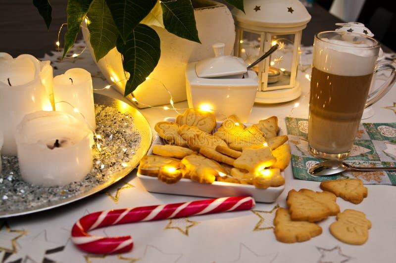 Extracto de la vida de la Navidad y todavía del café con las luces llevadas calientes imágenes de archivo libres de regalías