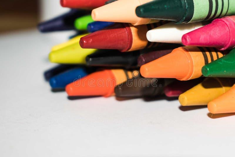Extracto de los creyones multicolores, creyones de cera fotos de archivo libres de regalías