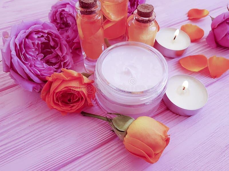 Extracto de Rose, ungüento cosmético poner crema de la vela en un fondo de madera imagen de archivo libre de regalías
