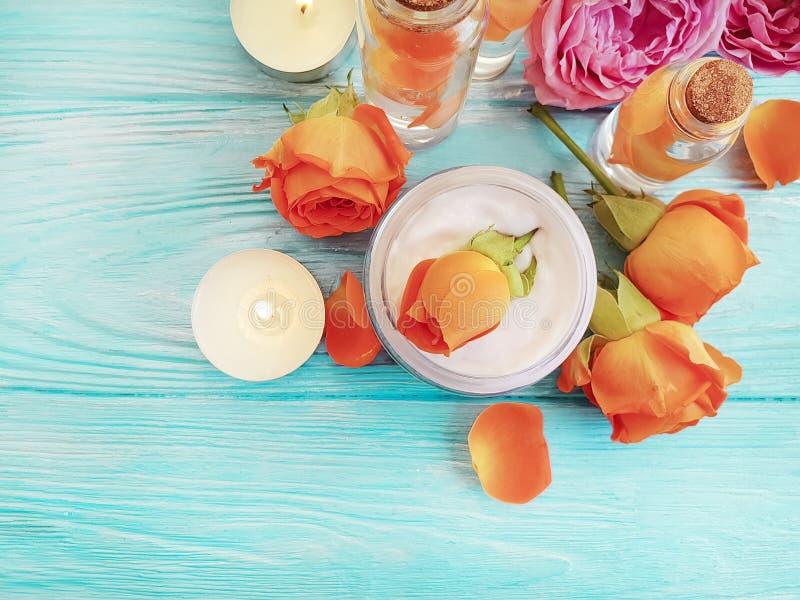 Extracto de Rose, vela cosmética poner crema en un fondo de madera imagen de archivo libre de regalías