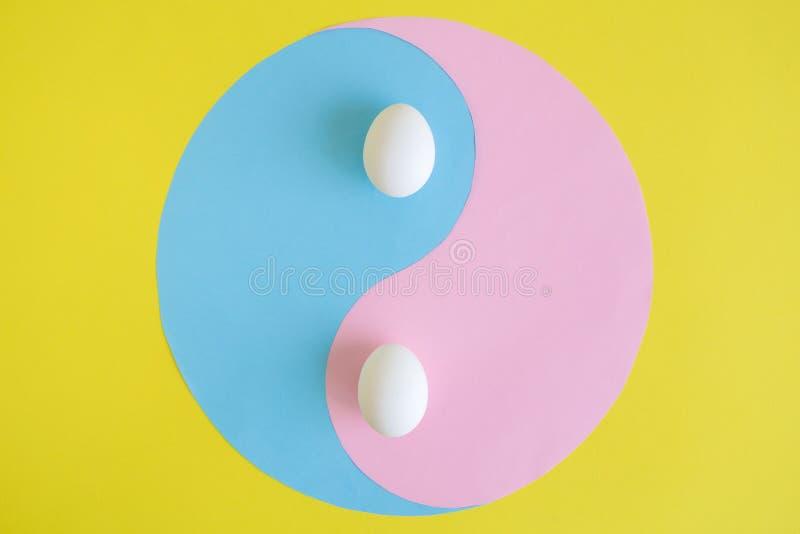 Extracto de Yin yang con los huevos en fondo amarillo fotos de archivo libres de regalías