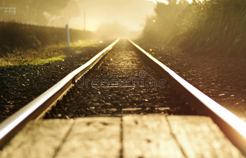 Extracto del concepto un nuevo comienzo ~ pistas de ferrocarril en el amanecer fotos de archivo libres de regalías