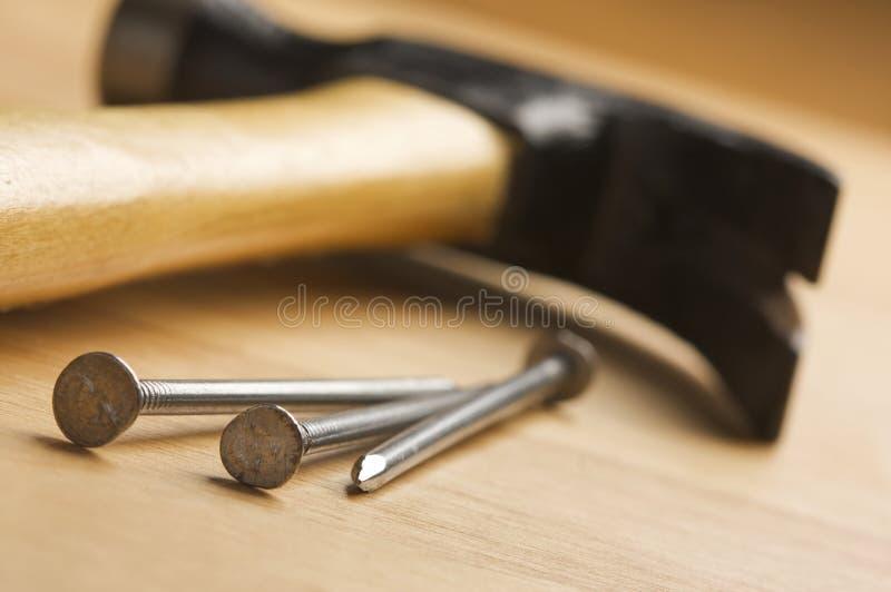 Extracto del martillo y de los clavos foto de archivo