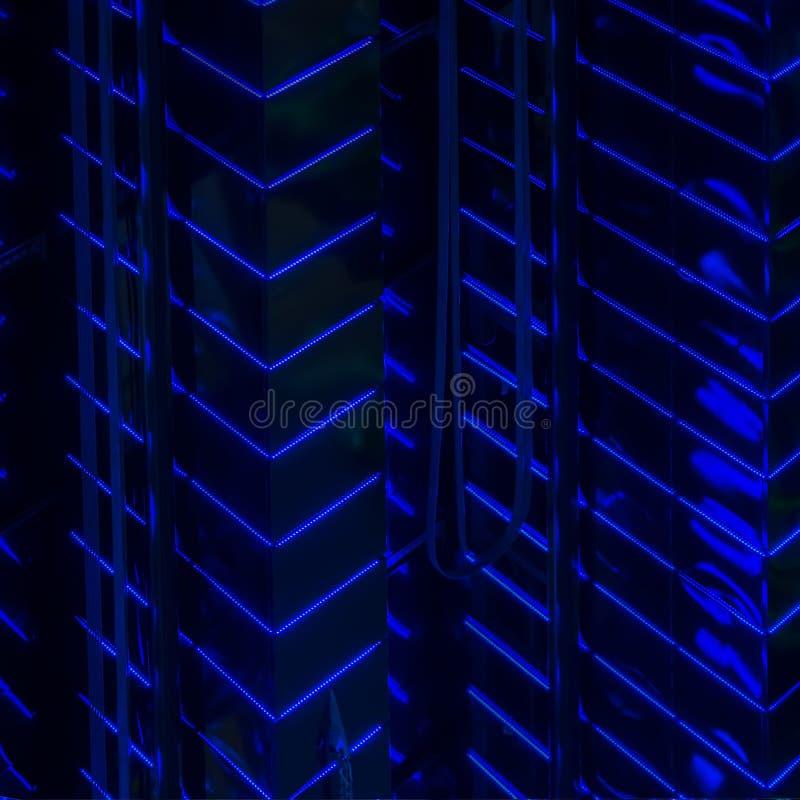 Extracto del modelo de las paredes llevadas azules brillantes del contraluz del alto edificio que brilla intensamente, iluminació fotografía de archivo