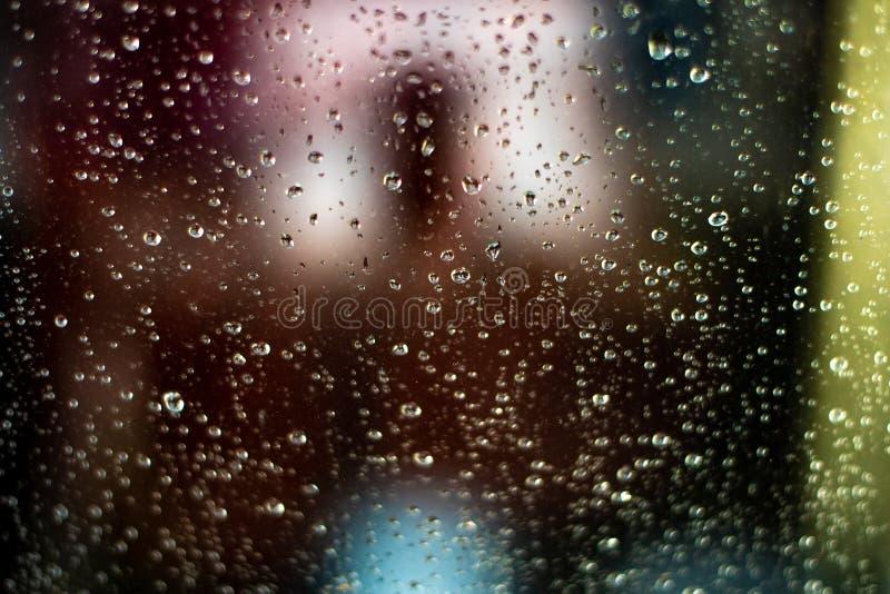 Extracto del vidrio Fondo borroso coloreado Lluvia de la tarde foto de archivo libre de regalías