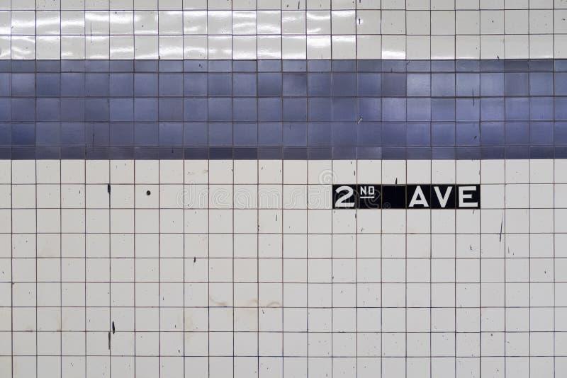 Extracto genérico de la pared vieja del subterráneo con las tejas azules foto de archivo