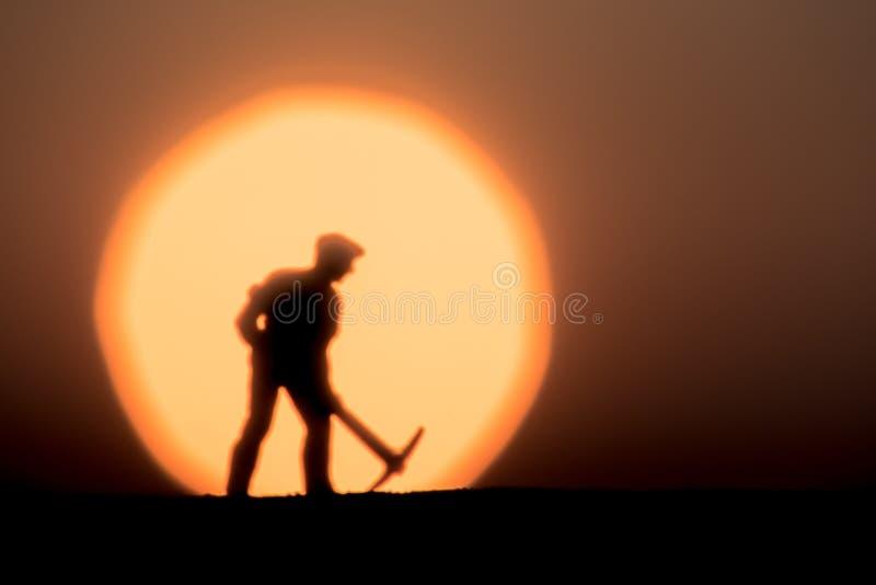 Extracto, gente modelo de la silueta que mina en fondo de la puesta del sol del cielo fotos de archivo