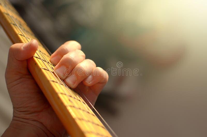 Extracto macro de la guitarra eléctrica, mano que toca la guitarra foto de archivo libre de regalías