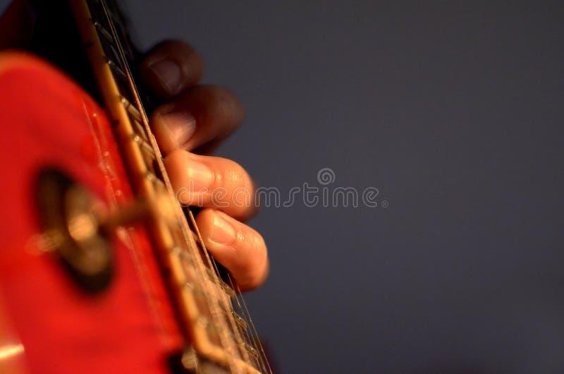 Extracto macro de la guitarra eléctrica, mano que toca la guitarra imagen de archivo libre de regalías