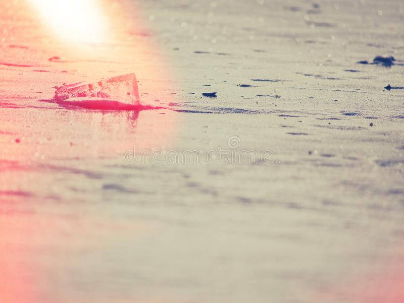 Extracto Masa de hielo flotante de hielo e hielo machacado en la tierra plana congelada Carámbano brillante fotografía de archivo