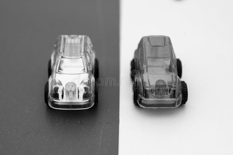 Extracto plástico del coche del juguete con los vehículos que ponen en contraste perparing a la raza fotos de archivo