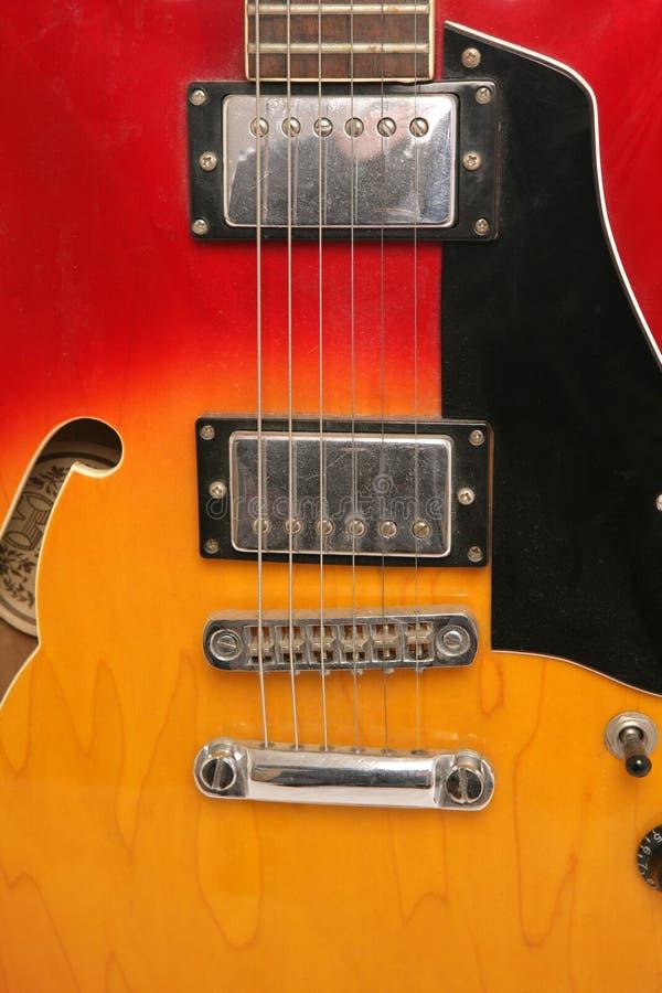 Extracto rojo y amarillo de la guitarra eléctrica imagenes de archivo