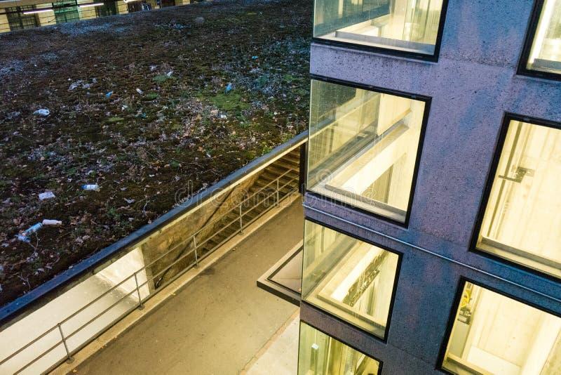 Extracto urbano de la arquitectura en la tarde de la noche imagen de archivo libre de regalías