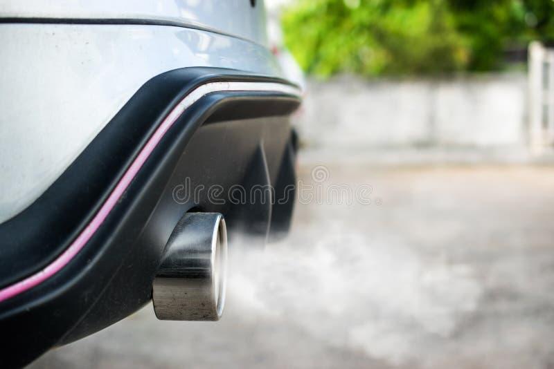 Extractor del coche, humo de un coche produciendo la contaminación imagenes de archivo
