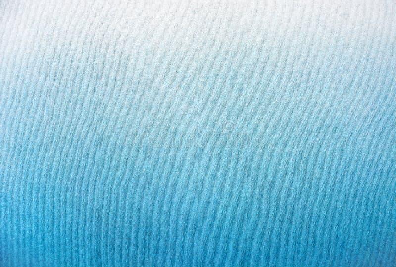 Extrahieren Sie die dunkelblaue Marinesteigung des Indigos, die auf Baumwollstoff-Beschaffenheitshintergrund gefärbt wird stockbilder