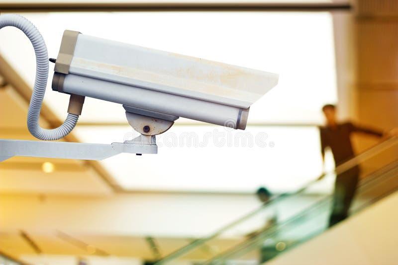 Extrahieren Sie unscharfen Leutepassagier auf Rolltreppe für Hintergrund lizenzfreie stockfotos