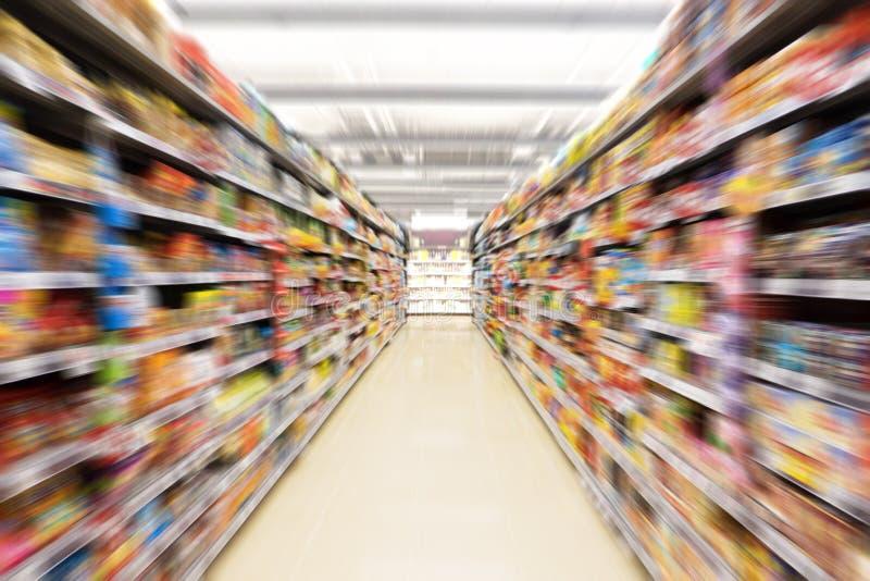 Extrahieren Sie unscharfes Foto des Speichers im Kaufhaus, leerer Supermarktgang stockbilder