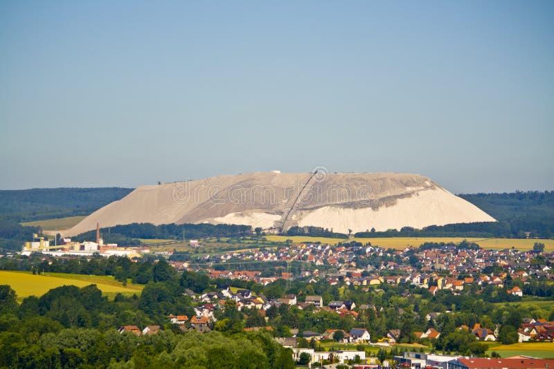Extrahierungsund Bergbaukalium- und Magnesiumsalze Große Baggermaschine und enorme Berge des überschüssigen Erzes in der Extrakti stockfotos