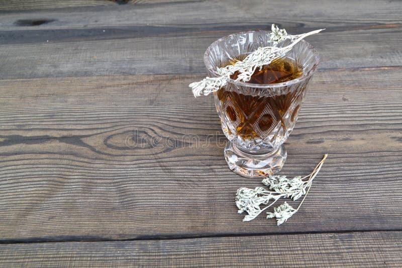 Extrait d'absinthe Plantes m?dicinales Alternative, baisses extrait essentiel d'essence d'absinthe, teinture, infusion Vieux fond photo stock